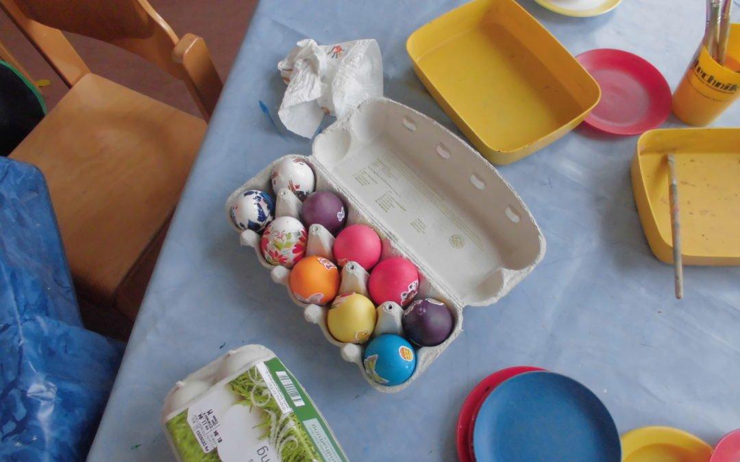 Unser Elternbeirat hilft dem Osterhasen und Osterfeier der Kinder