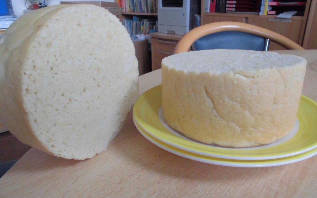 Auf dem Feuer Brot backen und verkosten