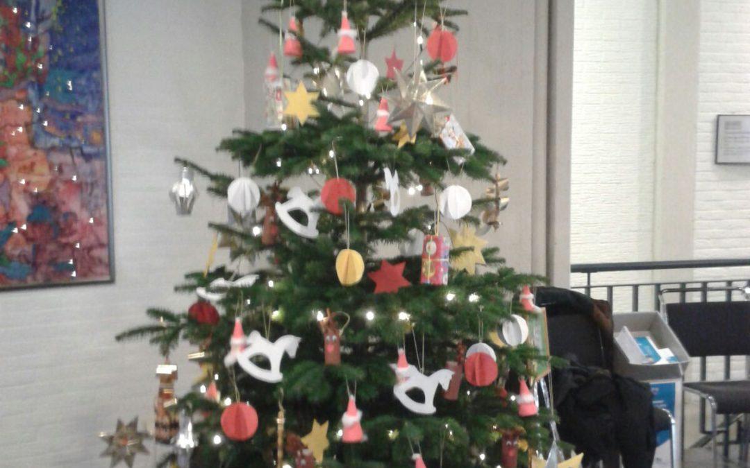 Alle Kinder haben gebastelt, für den Weihnachtsbaum im Rathaus, den eine Deligation aus Kindern und Eltern schmückten