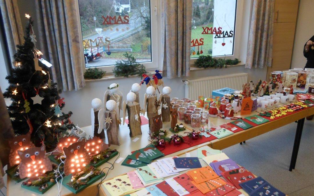Adventsfeier mit Nikolausbesuch und Elternbeiratsbasar